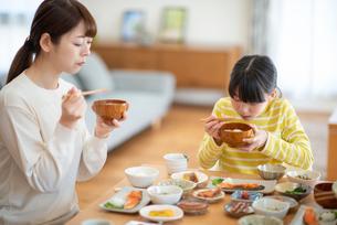 食事をする親子の写真素材 [FYI03423841]
