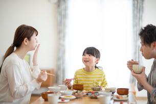 食事をする家族の写真素材 [FYI03423843]