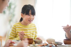 食事をする家族の写真素材 [FYI03423844]