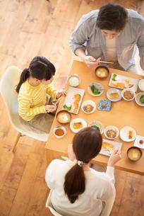 食事をする家族の写真素材 [FYI03423845]