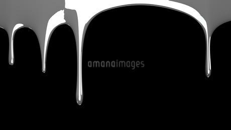 Silver liquid on black backgroundのイラスト素材 [FYI03423976]