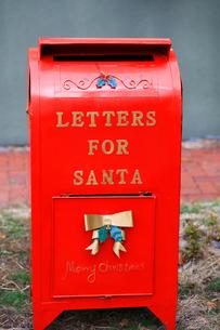 サンタへの手紙を入れる赤い郵便ポストの写真素材 [FYI03424019]