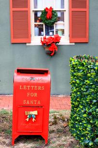 サンタへの手紙を入れる赤いポストの写真素材 [FYI03424020]