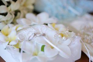 プルメリアのリングピローに乗ってる結婚指輪の写真素材 [FYI03424029]