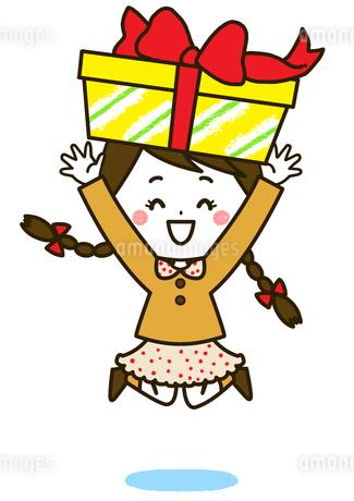 プレゼントを持ってバンザイをする女の子 ポーズ イラストのイラスト素材 [FYI03424107]