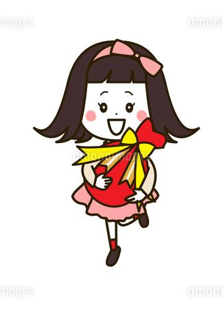 プレゼントを抱える女の子 ポーズ イラストのイラスト素材 [FYI03424108]