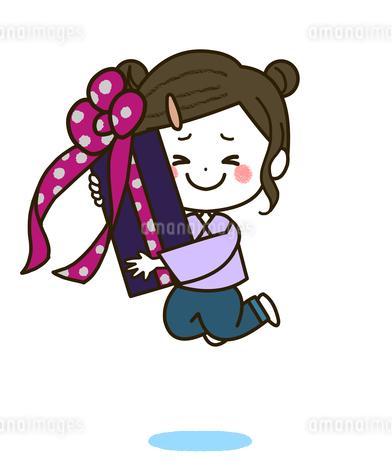 プレゼントを持ってジャンプする女の子 ポーズ イラストのイラスト素材 [FYI03424110]