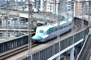 都会を走る東北新幹線の写真素材 [FYI03424120]