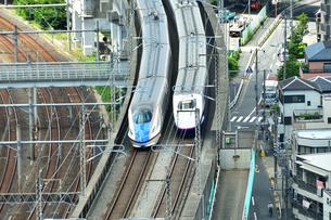 並んで走る新幹線の写真素材 [FYI03424121]