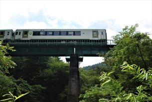 鉄橋を走る小海線の写真素材 [FYI03424124]