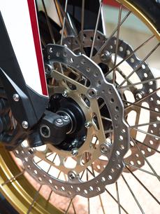 オートバイの前輪の写真素材 [FYI03424263]