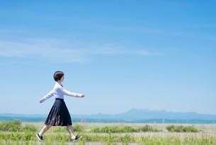 歩く女子学生の写真素材 [FYI03424371]