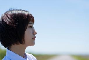 遠くを見つめる女子学生の横顔の写真素材 [FYI03424387]