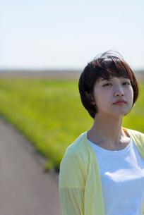 道の途中に佇む若い女性の写真素材 [FYI03424418]