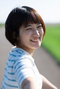 振り返る若い女性の写真素材 [FYI03424432]
