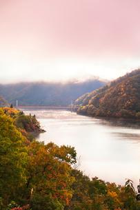 秋の九頭竜湖 紅葉に霧と夢の架け橋を望むの写真素材 [FYI03424559]