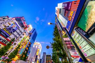 東京,秋葉原電気街の夜景の写真素材 [FYI03424944]