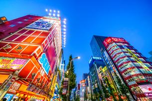 東京,秋葉原電気街の夜景の写真素材 [FYI03424945]