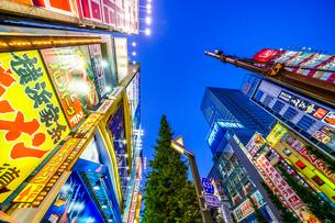 東京,秋葉原電気街の夜景の写真素材 [FYI03424946]