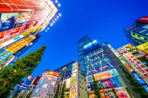 東京,秋葉原電気街の夜景の写真素材 [FYI03424947]