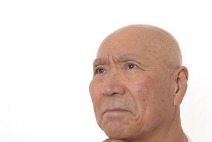 シニアの考えている顔の写真素材 [FYI03424980]