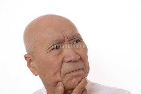 シニアの考えている顔の写真素材 [FYI03424981]