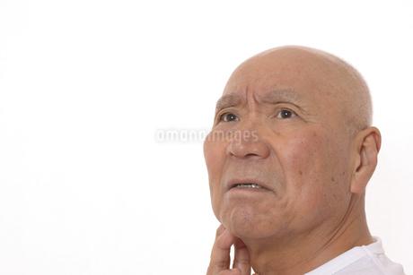 シニアの考えてる顔の写真素材 [FYI03424982]