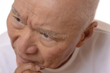 シニアの考えてる顔の写真素材 [FYI03424983]