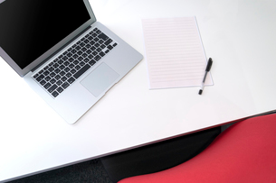 ビジネス パソコン オフィスの写真素材 [FYI03426003]
