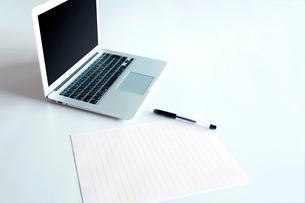 ビジネス パソコン オフィスの写真素材 [FYI03426005]