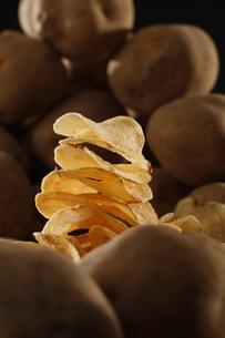 ポテトチップとジャガイモの写真素材 [FYI03426101]