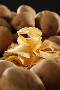 ポテトチップとジャガイモの写真素材 [FYI03426102]