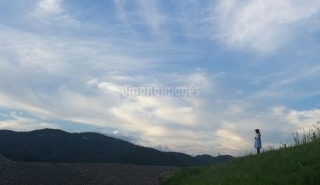 丘の上の少女の写真素材 [FYI03426163]