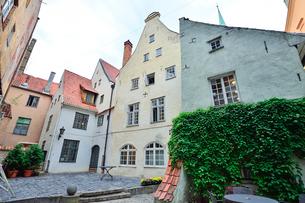 ラトビア歴史地区世界遺産リガ旧市街の大きな窓と外壁飾りなど中世の面影を残す家々の写真素材 [FYI03426506]