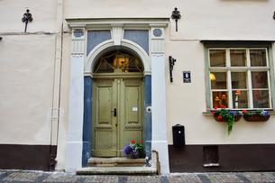 ラトビア歴史地区世界遺産リガ旧市街の沢山の飾りの造りで飾られた扉のある景観の写真素材 [FYI03426512]