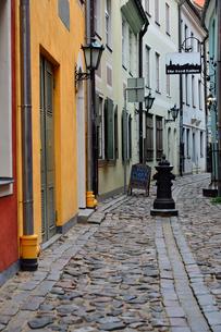 ラトビア歴史地区世界遺産リガ旧市街の城壁南側のトゥルァクシュニュ通りの敷石と車止めのある景観の写真素材 [FYI03426515]