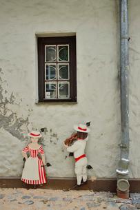 ラトビア歴史地区世界遺産リガ旧市街の北側のスウェーデン門付近の建物の外壁に飾られていた人形の写真素材 [FYI03426524]
