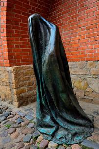 ラトビア歴史地区世界遺産リガ旧市街の北側に残る城壁の内側の火薬塔付近にあるゴーストの像・リガでは近年「公共の場での芸術」と呼ばれるプロジェクトがあり、この彫像はその一部の写真素材 [FYI03426527]