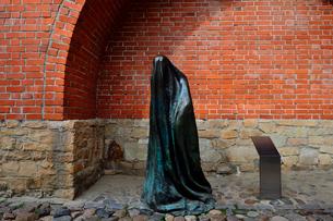 ラトビア歴史地区世界遺産リガ旧市街の北側に残る城壁の内側の火薬塔付近にあるゴーストの像・リガでは近年「公共の場での芸術」と呼ばれるプロジェクトがあり、この彫像はその一部の写真素材 [FYI03426528]