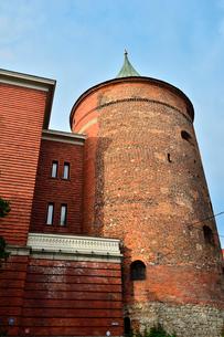 ラトビア歴史地区世界遺産リガ旧市街にある火薬塔で14世紀に建設されましたが上部をスウェーデンにより破壊され1650年修復され火薬塔として使用されていましたが現在はラトビアの歴史を伝える軍事博物館となっていますの写真素材 [FYI03426531]