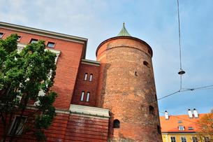 ラトビア歴史地区世界遺産リガ旧市街にある火薬塔で14世紀に建設されましたが上部をスウェーデンにより破壊され1650年修復され火薬塔として使用されていましたが現在はラトビアの歴史を伝える軍事博物館となっていますの写真素材 [FYI03426532]