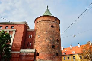 ラトビア歴史地区世界遺産リガ旧市街にある火薬塔で14世紀に建設されましたが上部をスウェーデンにより破壊され1650年修復され火薬塔として使用されていましたが現在はラトビアの歴史を伝える軍事博物館となっていますの写真素材 [FYI03426533]