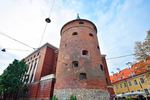 ラトビア歴史地区世界遺産リガ旧市街にある火薬塔で14世紀に建設されましたが上部をスウェーデンにより破壊され1650年修復され火薬塔として使用されていましたが現在はラトビアの歴史を伝える軍事博物館となっていますの写真素材 [FYI03426535]