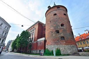 ラトビア歴史地区世界遺産リガ旧市街にある火薬塔で14世紀に建設されましたが上部をスウェーデンにより破壊され1650年修復され火薬塔として使用されていましたが現在はラトビアの歴史を伝える軍事博物館となっていますの写真素材 [FYI03426537]