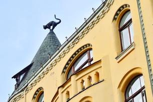 ラトビア歴史地区世界遺産リガ旧市街のアールヌーヴォー建築の貴重な建物で猫の家と言われている・かつての住人のラトビア人がギルド(ドイツ人のみ入会が許されていた商工業者の会)の入会拒否されギルド会館にお尻を向けた猫の像を屋根に付けたが後には入会できて現在はギルド会館の方に向きを変えているの写真素材 [FYI03426541]