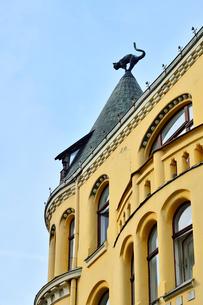 ラトビア歴史地区世界遺産リガ旧市街のアールヌーヴォー建築の貴重な建物で猫の家と言われている・かつての住人のラトビア人がギルド(ドイツ人のみ入会が許されていた商工業者の会)の入会拒否されギルド会館にお尻を向けた猫の像を屋根に付けたが後には入会できて現在はギルド会館の方に向きを変えているの写真素材 [FYI03426542]