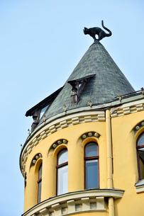 ラトビア歴史地区世界遺産リガ旧市街のアールヌーヴォー建築の貴重な建物で猫の家と言われている・かつての住人のラトビア人がギルド(ドイツ人のみ入会が許されていた商工業者の会)の入会拒否されギルド会館にお尻を向けた猫の像を屋根に付けたが後には入会できて現在はギルド会館の方に向きを変えているの写真素材 [FYI03426543]