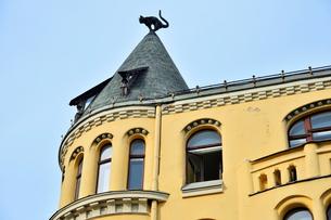 ラトビア歴史地区世界遺産リガ旧市街のアールヌーヴォー建築の貴重な建物で猫の家と言われている・かつての住人のラトビア人がギルド(ドイツ人のみ入会が許されていた商工業者の会)の入会拒否されギルド会館にお尻を向けた猫の像を屋根に付けたが後には入会できて現在はギルド会館の方に向きを変えているの写真素材 [FYI03426544]