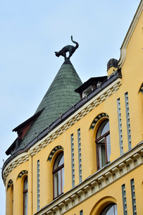 ラトビア歴史地区世界遺産リガ旧市街のアールヌーヴォー建築の貴重な建物で猫の家と言われている・かつての住人のラトビア人がギルド(ドイツ人のみ入会が許されていた商工業者の会)の入会拒否されギルド会館にお尻を向けた猫の像を屋根に付けたが後には入会できて現在はギルド会館の方に向きを変えているの写真素材 [FYI03426549]