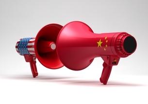 米国国旗のメガホンと中国国旗のメガホンのイラスト素材 [FYI03426600]